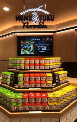 『MOMOFUKU NOODLE(モモフクヌードル)』が、大阪・梅田『阪急うめだ本店』地下1階食品売場にオープン